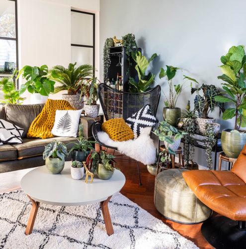 inspiratie urban jungle woonkamer oker gele kussens